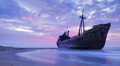 کشتی شکسته در طوفان زندگی